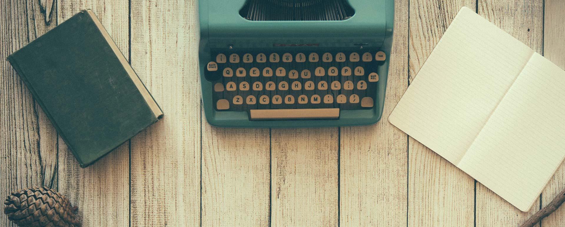 Maquina de escribir y escritorio