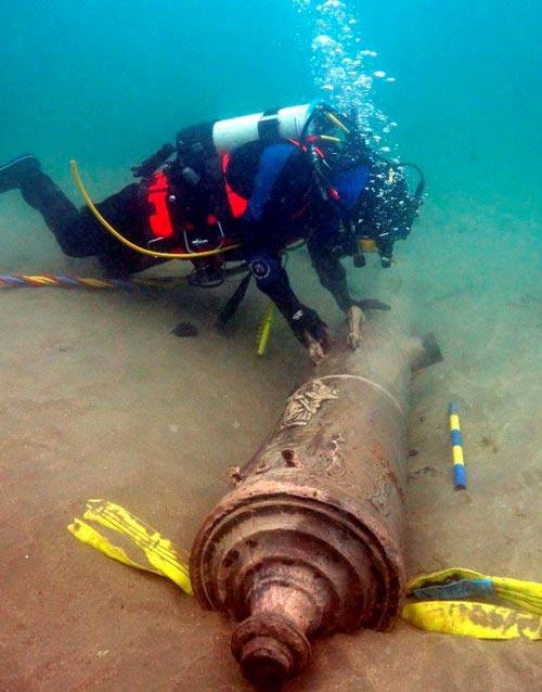 Submarinista recuperando cañon de la Armada Invencible